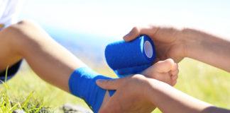 Pierwsza pomoc. Bandażowanie dziecięcej stopy.