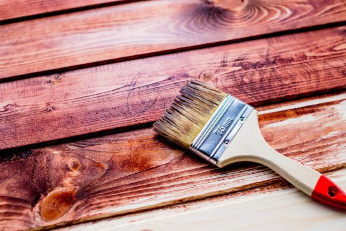 Pędzel malujący drewniane deski