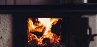 Płonący ogień w kominku