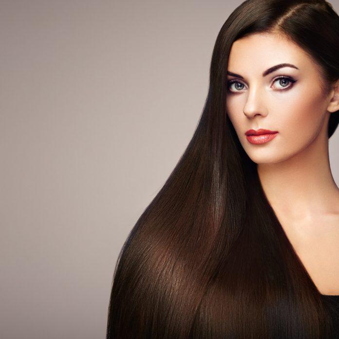 Kobieta z długimi lśniącymi ciemnymi włosami