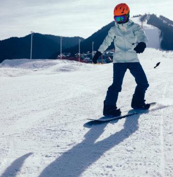 Człowiek zjeżdżający na snowboardzie