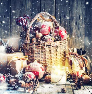 Świąteczny kosz z prezentami drobne upominki