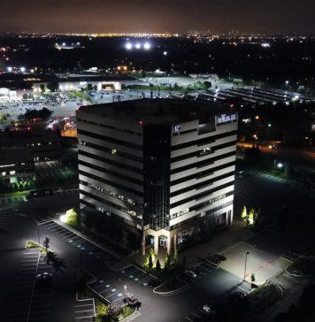 budynek biurowy nocą
