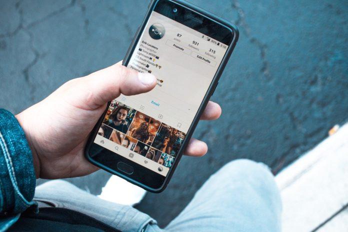 Człowiek używający aplikacji na smartfonie