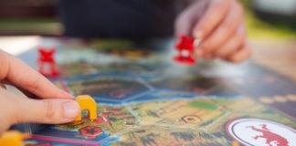 dwie osoby grające w planszówkę w podróży