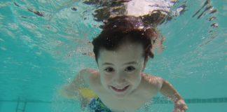 Dziecko pływające w basenie