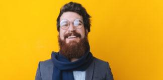 Elegancki hipster w zimowym szaliku