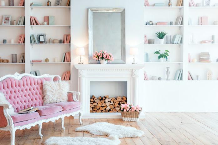 Salon francuski z jasnymi wnętrzami