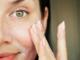 kobieta myjąca twarz żelem do mycia twarzy