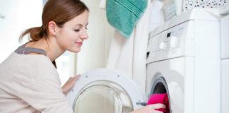 Kobieta robiąca pranie w pralce automatycznej