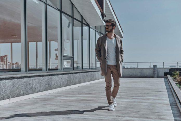 Elegancki mężczyzna w spodniach bez kantów