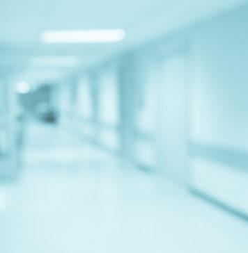 szpital korytarz w rozmazanym kadrze