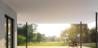 taras w ogrodzie przy nowoczesnym domu