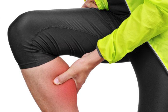sportowiec z bolącą łydką