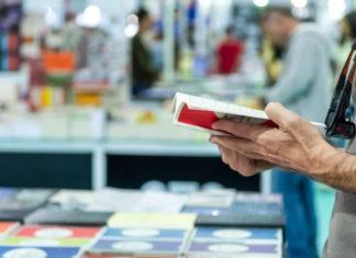 człowiek przeglądający książkę