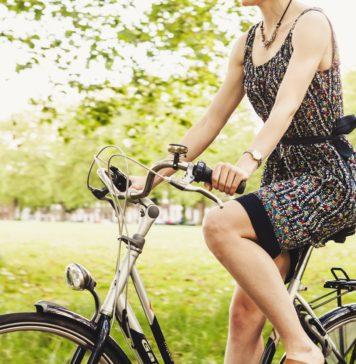 dziewczyna na rowerze miejskim