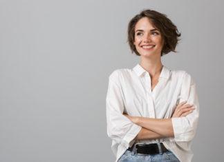 kobieta w białej koszuli i jeansach