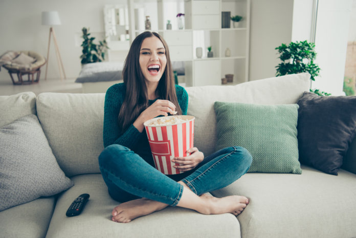 dziewczyna z popcornem oglądająca kultowy serial