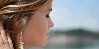 kobieta z eleganckim ręcznie robionym kolczykiem na uchu