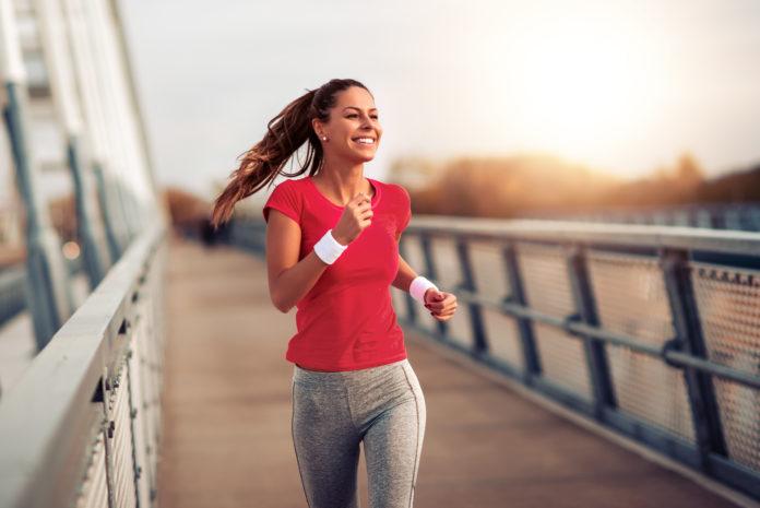 młoda dziewczyna biegająca na zewnątrz