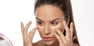 kobieta nakładająca bazę pod makijaż