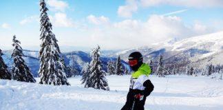 narciarz w stroju narciarskim na stoku