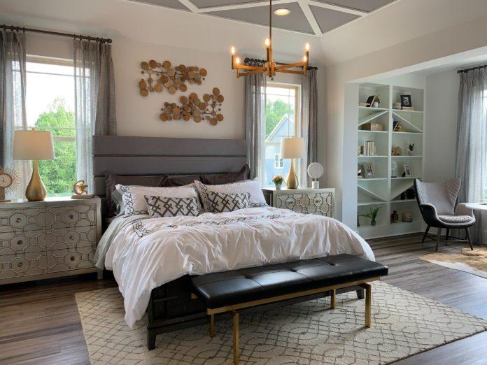 Piękna sypialnia z efektownym żyrandolem