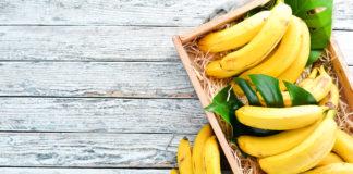 banany w drewnianej skrzynce