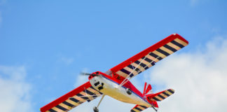 lecący w powietrzu model samolotu na tle nieba