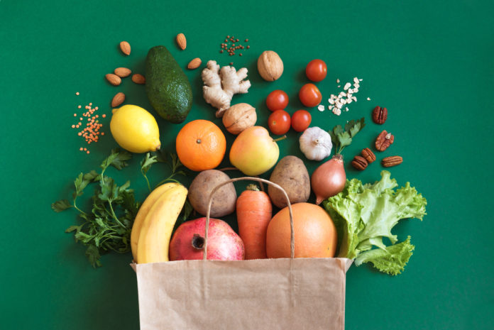 papierowa torba z warzywami i owocami