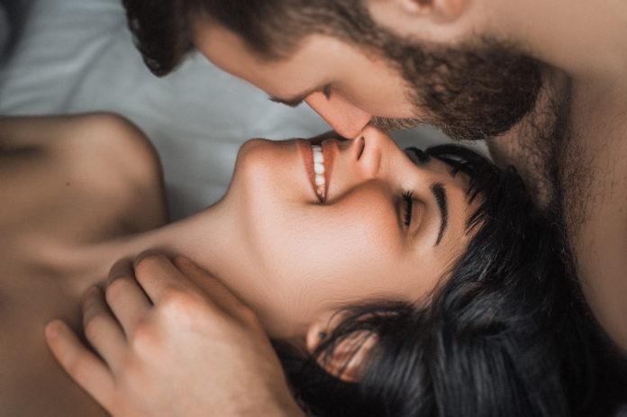 para w łóżku zbliżenie na zadowoloną kobietę