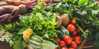 świeże warzywa wiosenne w skrzynce