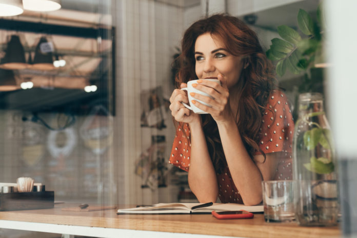 kobieta pijąca kawę w kuchni