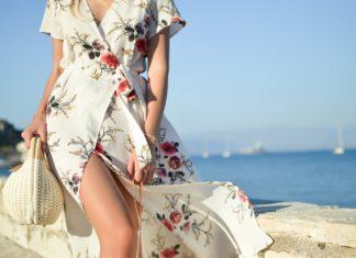kobieta w pięknej kwiecistej sukience na spacerze latem