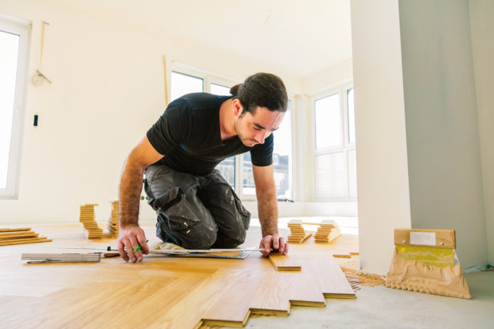 mężczyzna układający panele