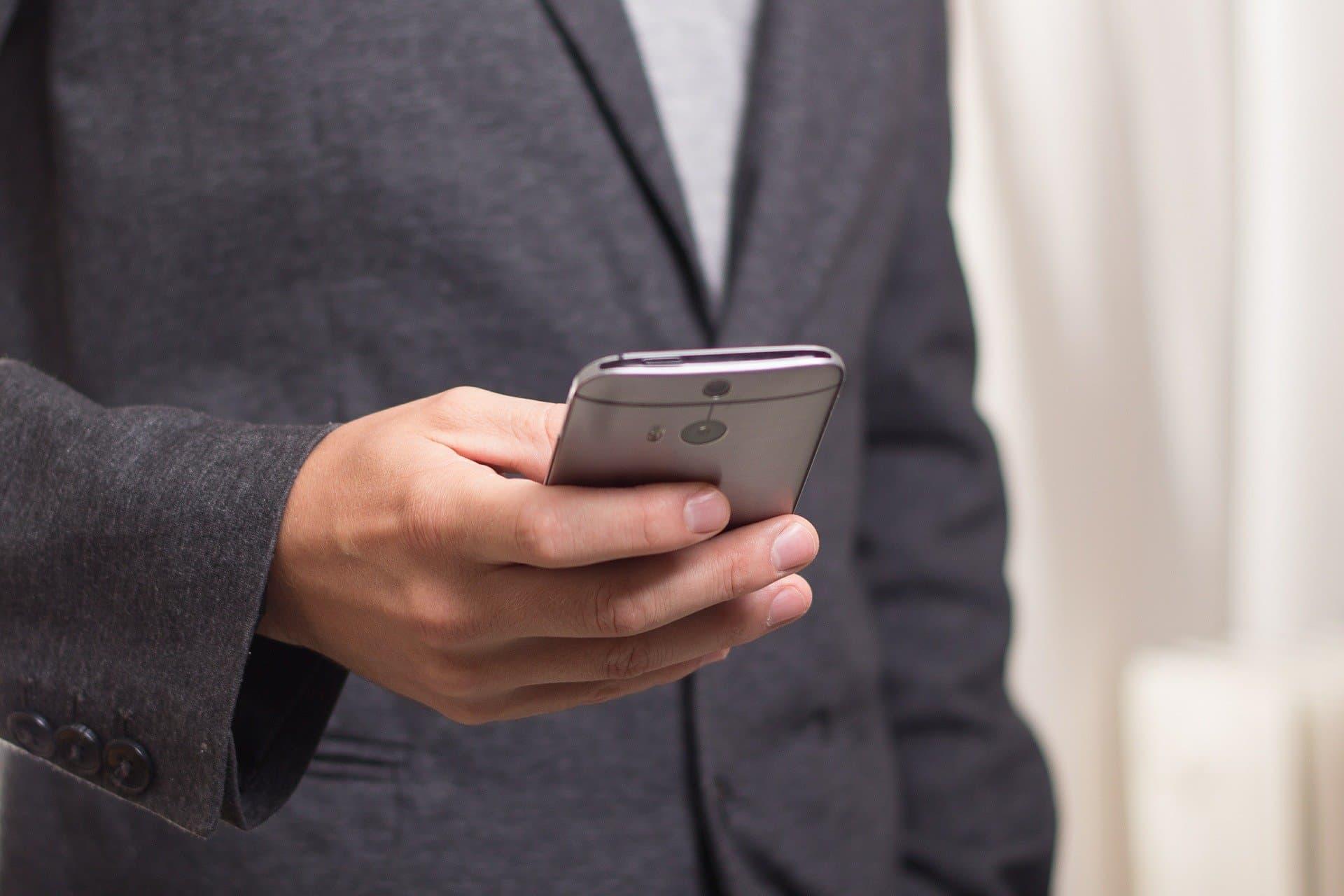 nowoczesna obsługa klienta mężczyzna ze smartfonem w dłoni