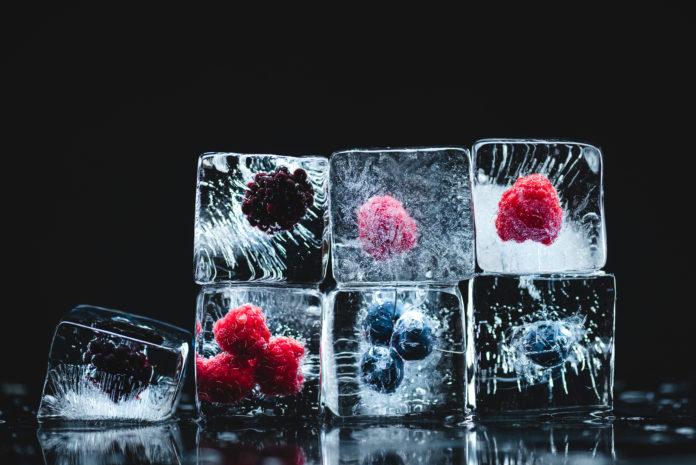 owoce zamrożone w kostkach lodu