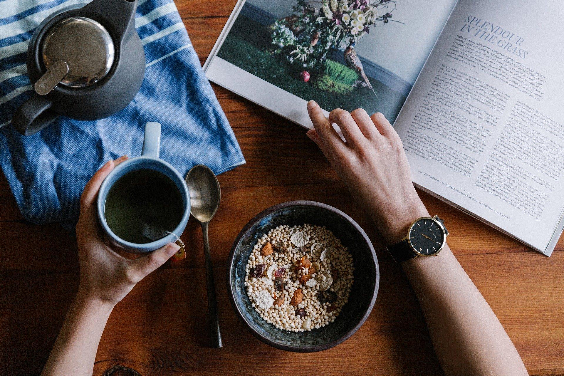 czytanie ksiązki przy pysznym posiłku