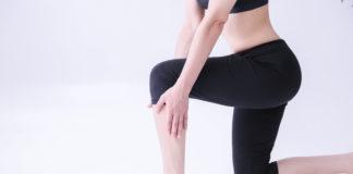 kobieta ćwicząca w czarnych legginsach