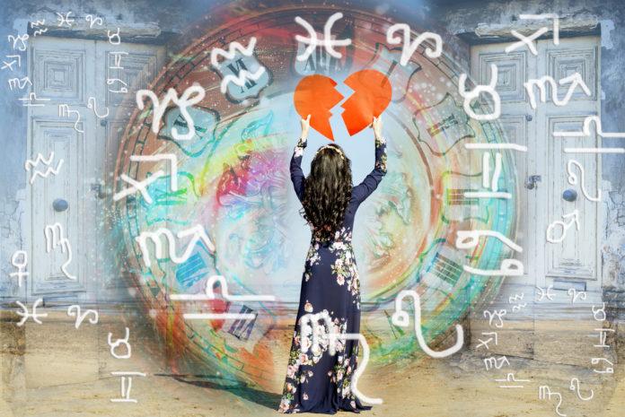 kobieta składająca dwie połówki serca na tle znaków horoskopu