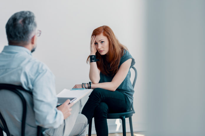 młoda kobieta na sesji psychoterapeutycznej