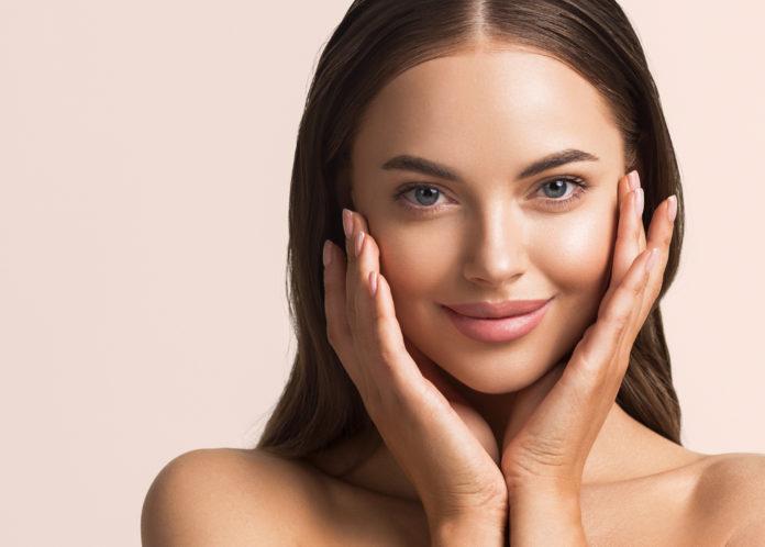 piekna kobieta dotykająca twarzy masaż twarzy