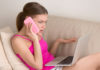 dziewczyna denerwująca się z powodu awarii internetu