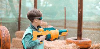 chłopiec z zabawkową wyrzutnią
