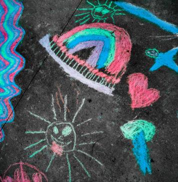 dziecięcy obrazek narysowany kredą na chodniku