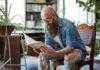 hipster czytający książkę