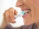 zbliżenie na kobietę myjącą zęby