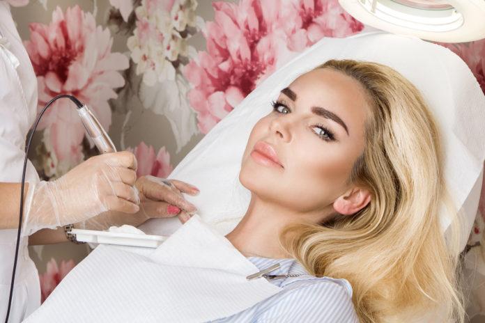 piekna blondynka podczas wykonywania zabiegu brwi permanentnych