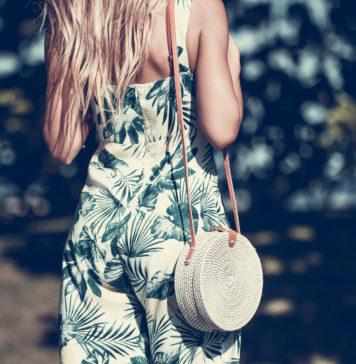 kobieta w letnim kombinezonie z motywem dżungli