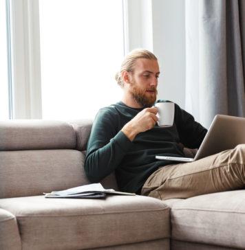 mężczyzna na kanapie z laptopem